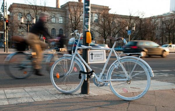 fahrradfahrerin mit weissem fahrrad