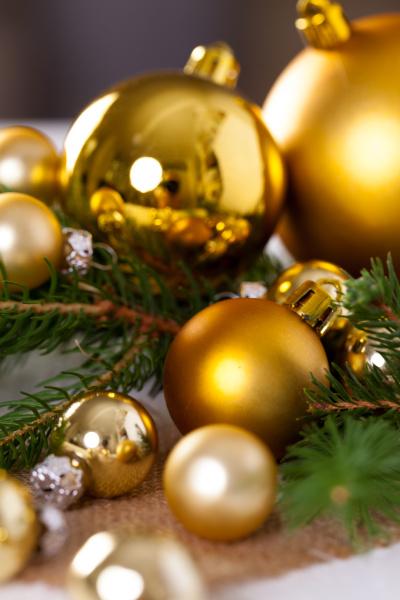 golden shiny christmas tree ornament advebtsschmuck
