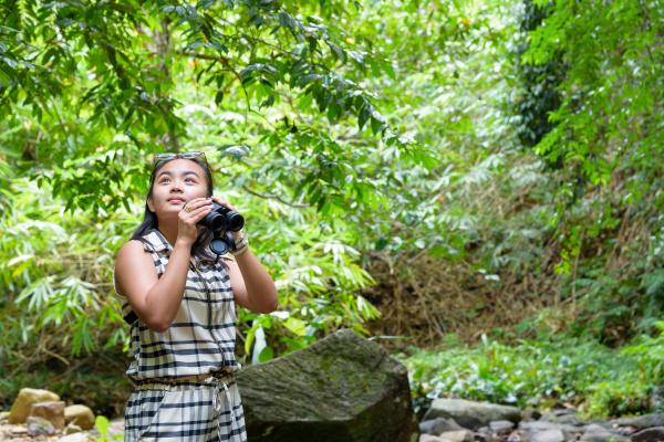 girl, using, binoculars, in, forest - 16356191