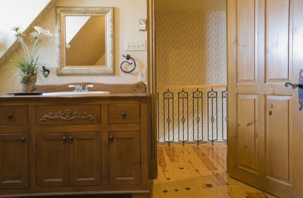 bathroom with sink unit and mirror