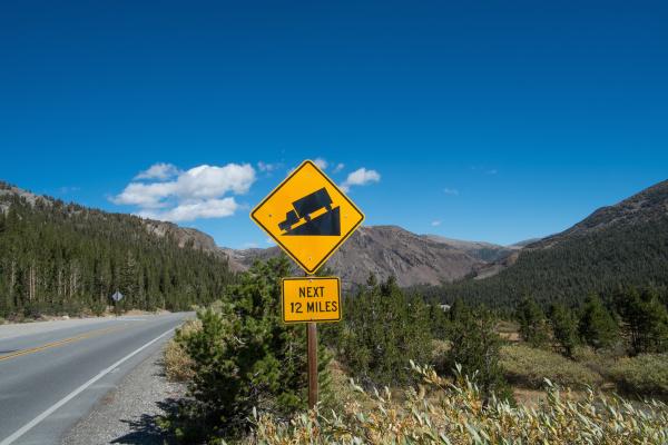 gradient warning sign on highway 140