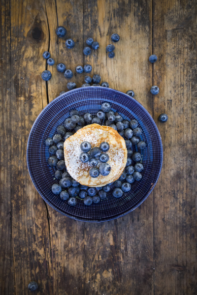 pancakes with blueberries and icing sugar