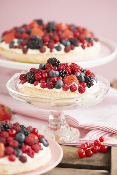 berry nests with lemon cream