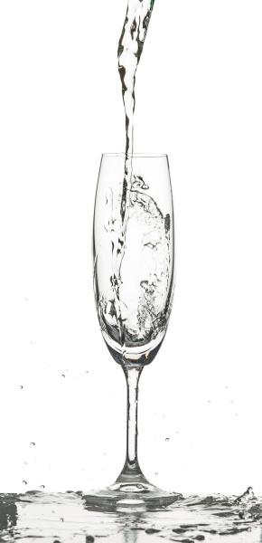 the water splashing to glass on
