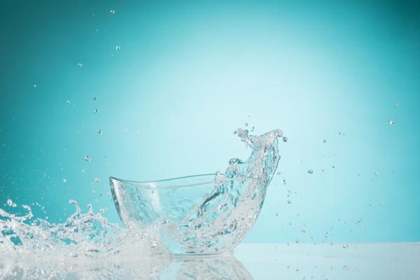the water splashing to glass bowl