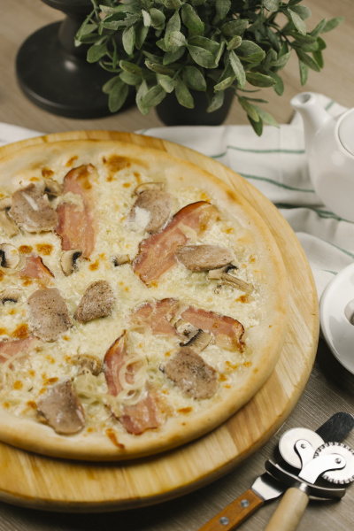 bacon and onions on pizza