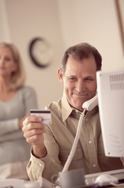 man making a credit card purchase