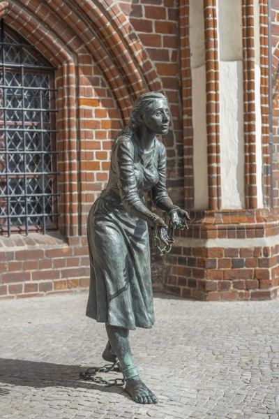 sculpture grete minde at the town