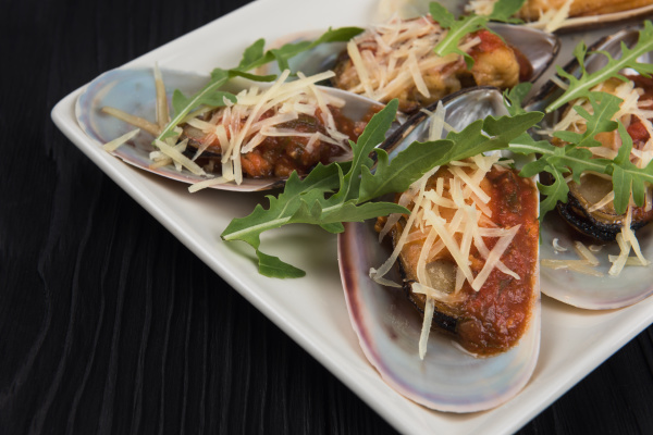 cooked mussels with sauce