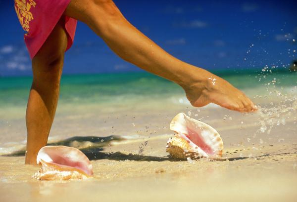 usa hawaii woman kicking water conch