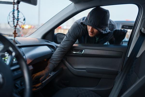 car robber steals women s handbag