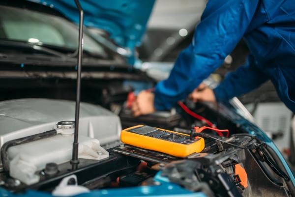 car, electrician, checks, the, battery, level - 28076447