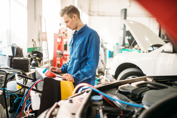 mechanic, checks, air, conditioning, system, in - 28076601