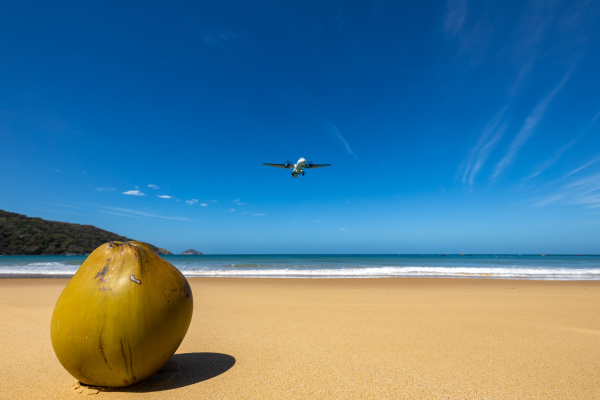 airplane is landing on con dao