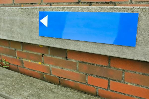 blue, sign, with, arrow, on, brick - 28237952