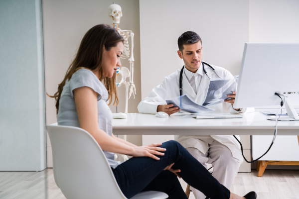 doctor, having, discussion, with, patient, about - 28238039