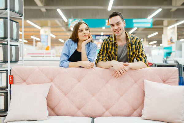 couple poses at the pink couch