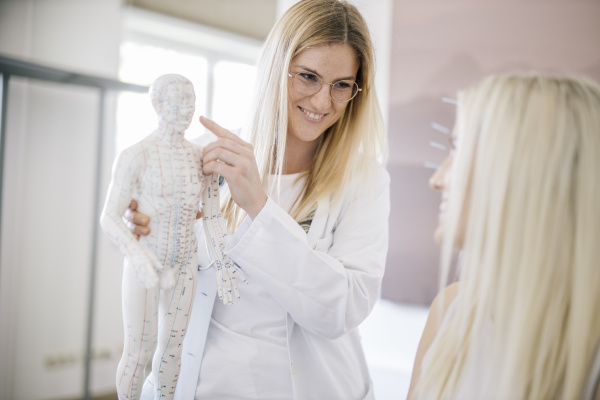 acupuncture, , young, woman, with, acupuncture, needle - 28741864