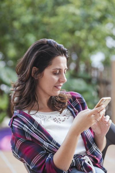woman, using, smartphone, in, garden - 28752950