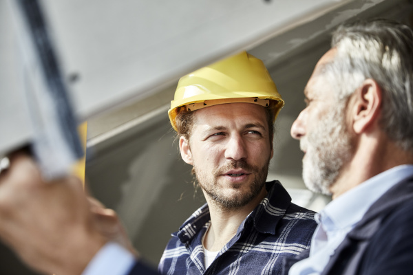 architect and worker talking at the
