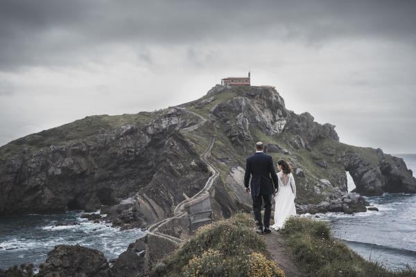 bridal couple on bridge gaztelugatxe