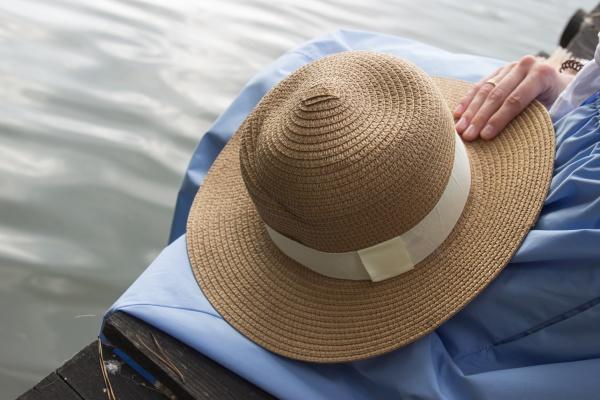 women s straw hat hold in