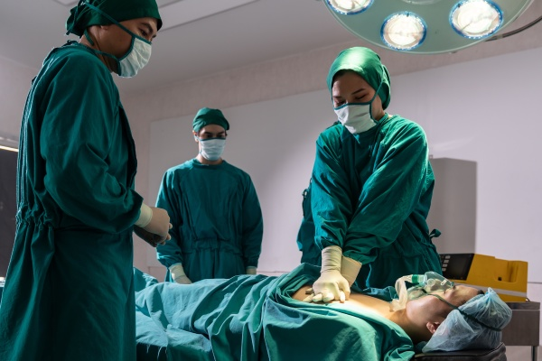 surgeon and nurse do cpr to