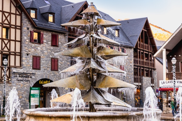 fountain in the city center frozen