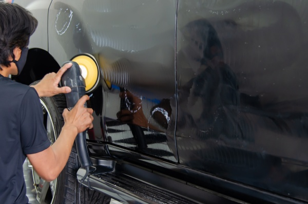 man hand holding a car polish