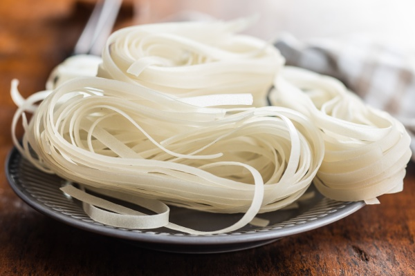 dried white rice noodles raw