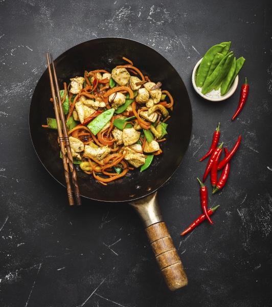 stir fry chicken with vegetables in