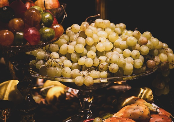 white grapes on glass cake