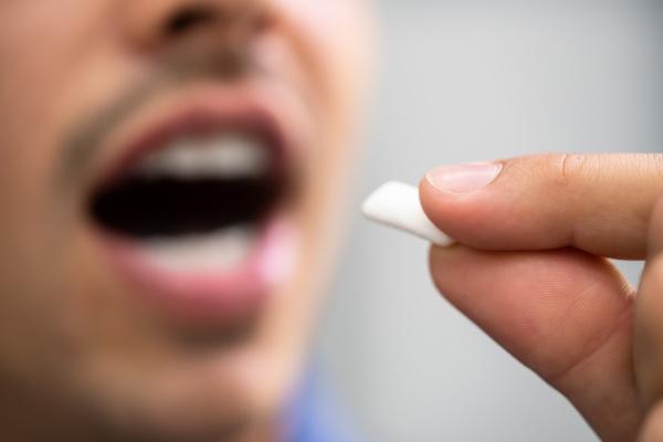 man using nicotine gum to quit
