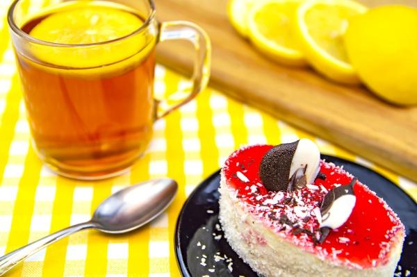 cream cake with lemon tea on