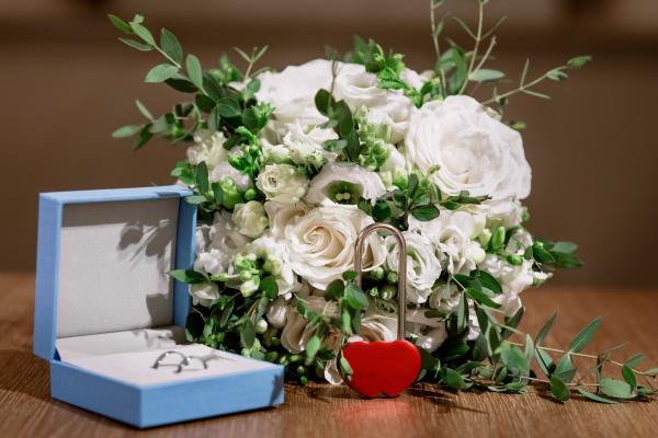 wedding set with bridal bouquet