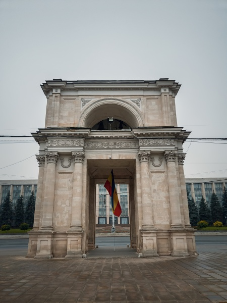 close up view to the triumphal