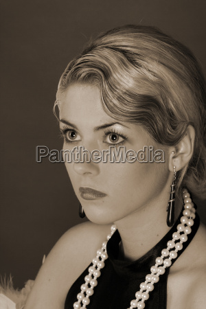 mujer retrato negro caucasico cadena perlas