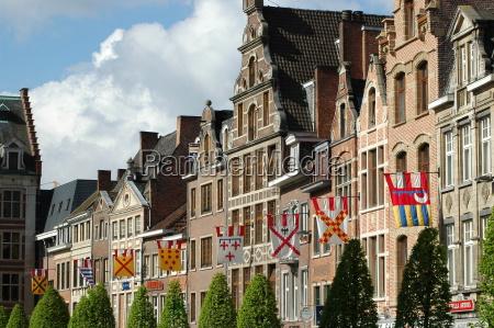 casas arbol arboles belgica fachada banderas