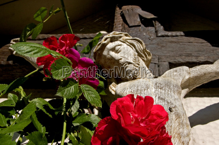 cross with red roses 2