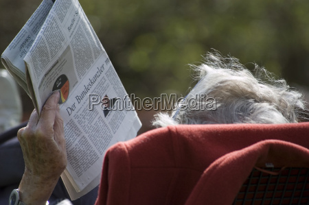 pensioners, with, newspaper - 550532
