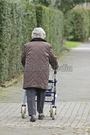 woman, with, walker - 670402