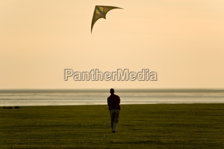 kite, flying, in, the, evening - 757723