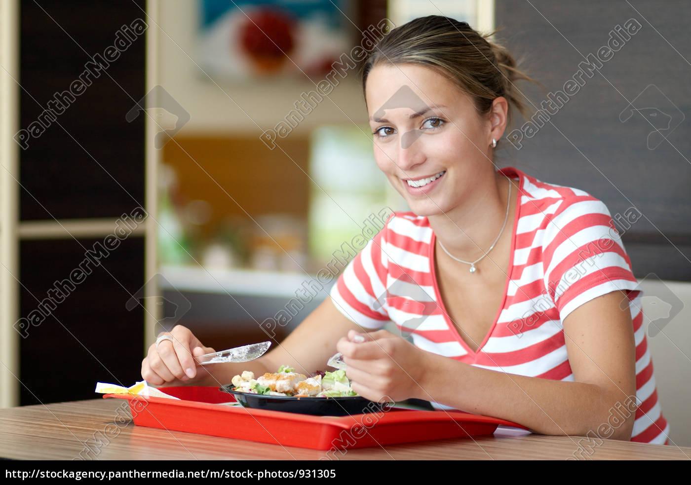 young, woman, eating, salad - 931305
