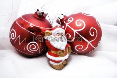 weihnachtsmann und weihnachtskugel