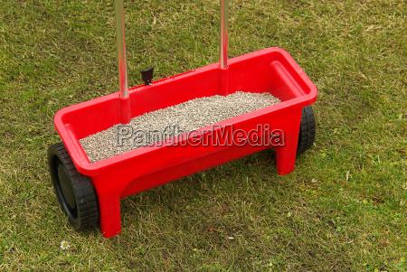 spreader fertilizing tool 02