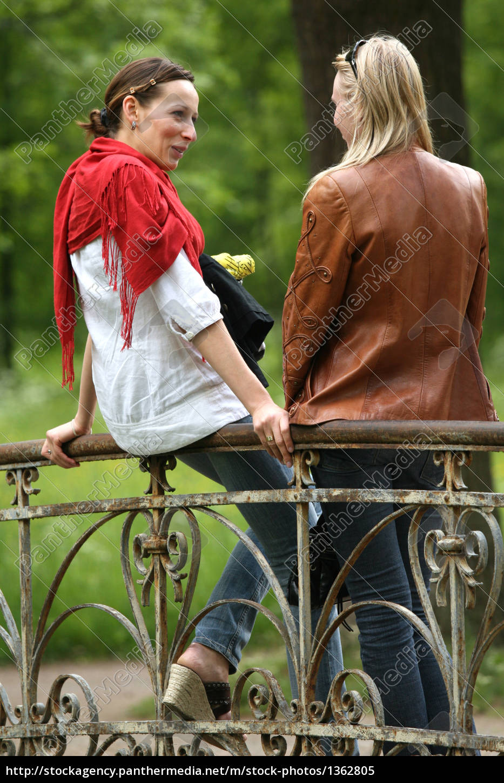 girlfriends, talk, in, the, park - 1362805