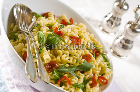pasta, salad, with, tomatoes, and, arugula - 1573501