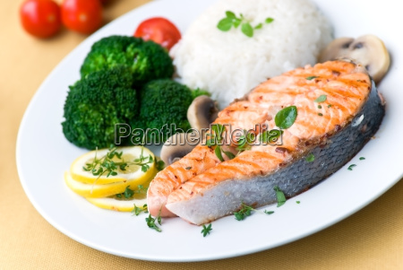 salmon grilled with broccoli and