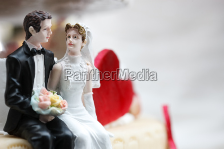 newlyweds as cake figurines