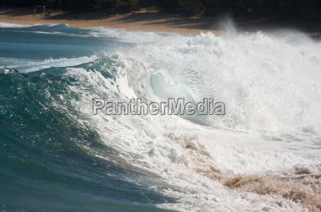 dramatic, shorebreak, wave, on, a, clear - 2203841